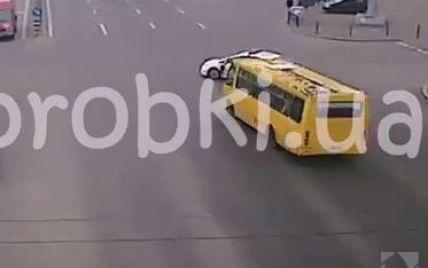 Полицейский патруль спровоцировал ДТП с маршруткой в Киеве