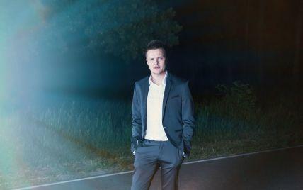 У костюмі і з рушницею: лідер гурту O.Torvald Женя Галич постав у незвичному образі у новому кліпі