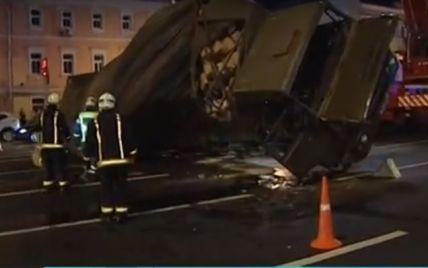В центре Москвы вылетел на встречную полосу и завалился на бок военный грузовик