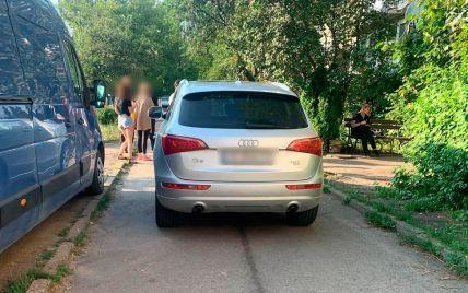 Водійка проїхалась по 9-річній дитині, яка впала на дорогу з велосипеду: моторошне відео ДТП на Буковині