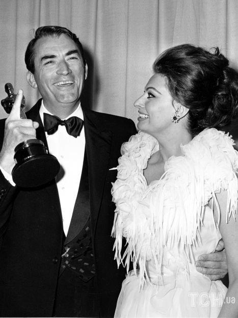 Грегори Пек и Софи Лорен на церемонии вручения премии Оскар в Лос-Анджелесе, Калифорния, 8 апреля 1963 года / © Associated Press