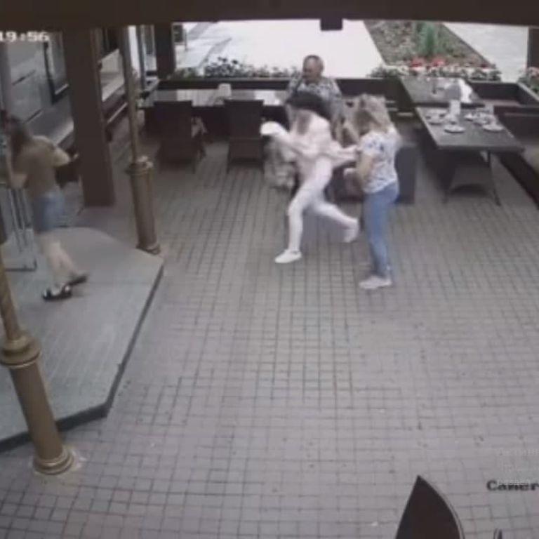 Народилися у сорочках: у Полтаві відвідувачі з дитиною за кілька секунд пішли з кафе, на яке впало дерево (відео)