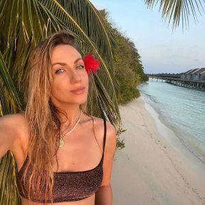 Позавидует даже Полякова: Леся Никитюк блеснула длинными ногами в бикини на Мальдивах