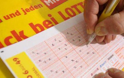 Немка выиграла в лотерею 33 млн евро и несколько недель носила выигрышный билет в сумочке