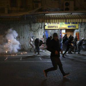 В Иерусалиме возобновились столкновения между палестинцами и израильской полицией: подробности