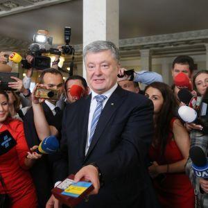 Більшість українців асоціює корупцію з Петром Порошенком - опитування