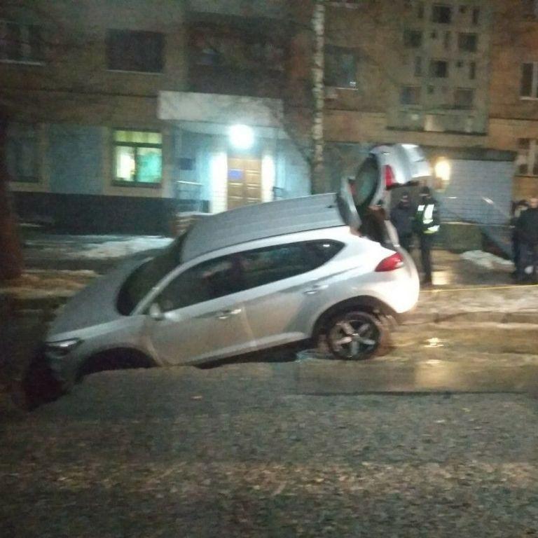 В Харькове под асфальт провалился автомобиль