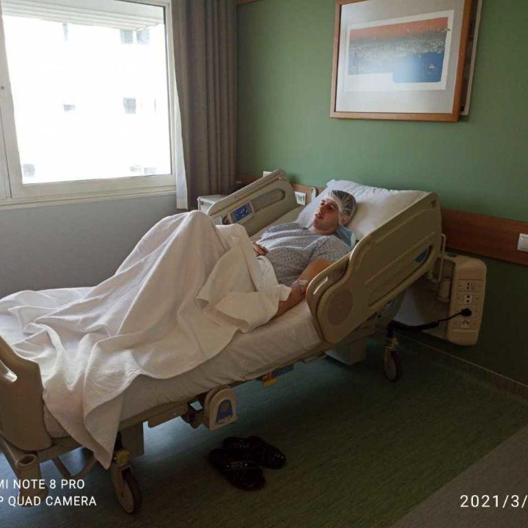 Андрею врачи в Турции помогают преодолеть рак, который поразил его колено