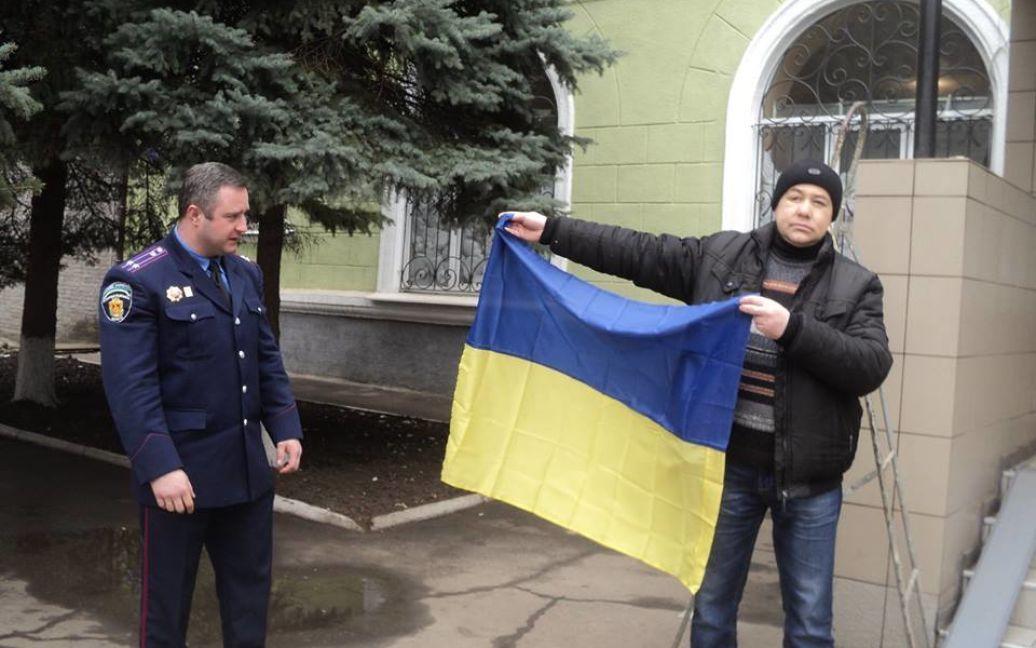 Флаг сразу же был установлен на своем месте – над входом в здание горотдела / © facebook.com/olga.yurasova.3