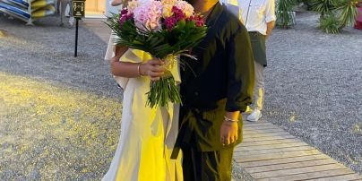 Жена MONATIK в красивом платье показала свои зажигательные танцы под пение мужа
