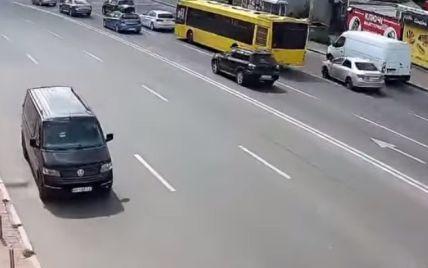 У Києві автівка без водія перетнула шестисмугову дорогу та в'їхала у паркан