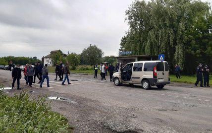 На Прикарпатті мешканці шести сіл перекрили дорогу, вимагаючи ремонту: фото