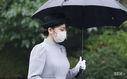У скромній сукні і з віялом: японська принцеса Мако сходила до мавзолею