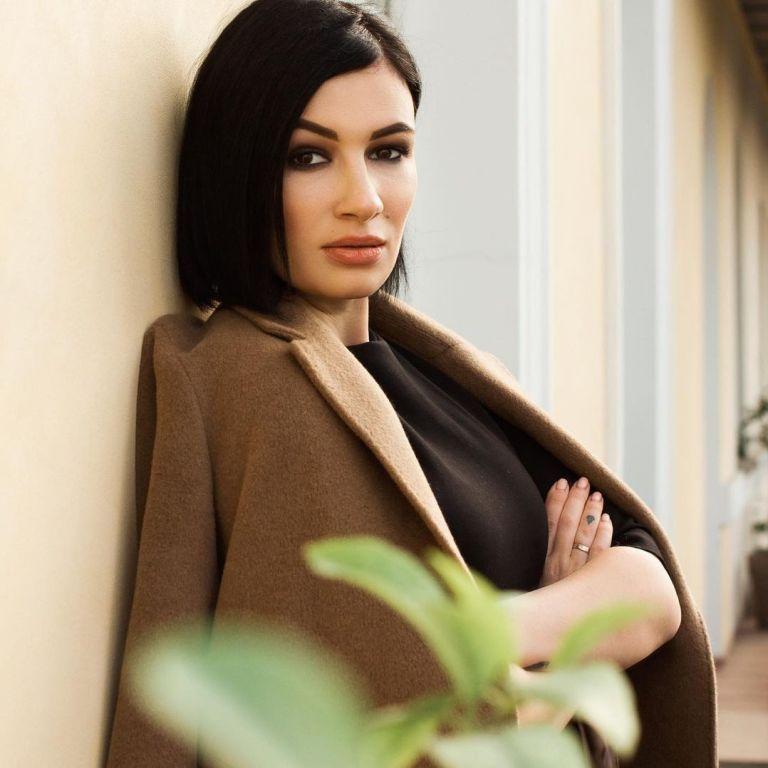 """Анастасия Приходько в пиджаке на голое тело рассказала о """"карантинных"""" изменениях в жизни"""