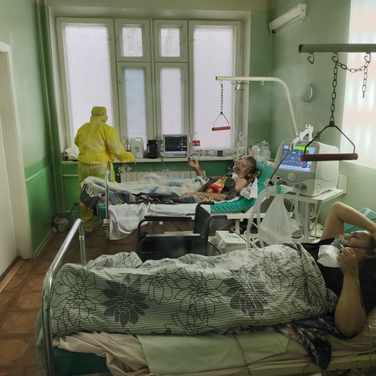 Лікарям доводиться обирати, кому віддати рятівний кисень: яка ситуація в лікарнях України для хворих на коронавірус