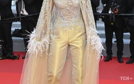 В перьях и стразах: оригинальный образ леди Виктории Херви на фестивале в Каннах