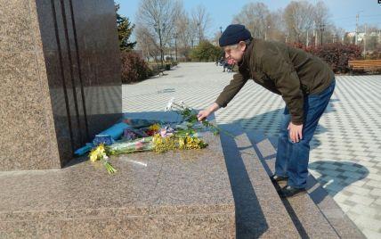 К памятнику Тарасу Шевченко в оккупированном Севастополе возложили цветы в цветах украинского флага (фото)