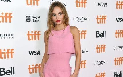 В розовом платье и с красной помадой: Лили-Роуз Депп приехала на кинофестиваль