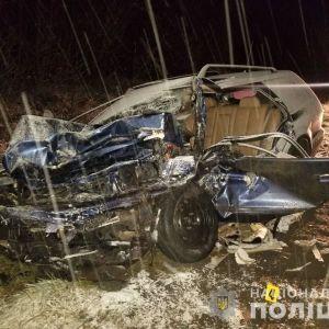На трассе Киев-Чоп столкнулись легковушка и микроавтобус с пассажирами: один погибший, четверо — в больнице