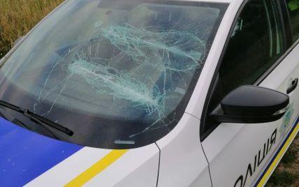 На Киевщине бывшие любовники напали на полицейских со слезоточивым газом и потрощили им авто