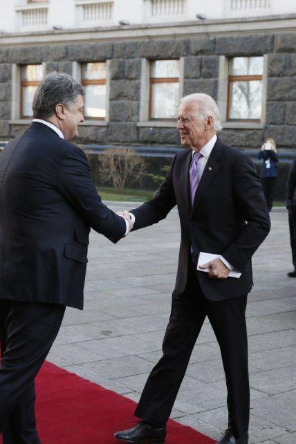 """Нові """"плівки Деркача"""": за що Байден сварив владу України та як Путін """"обіймав"""" Порошенка"""