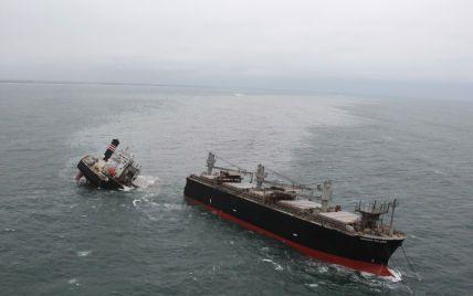 Біля берегів Японії суховантаж сів на мілину і розколовся на дві частини