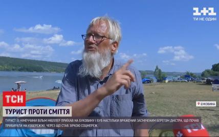 Не за гроші, а з власної ініціативи: турист з Німеччини прибрав засмічений берег Дністра і став зіркою соцмереж