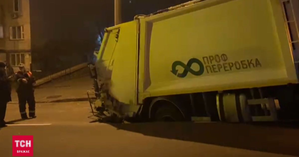 В Киеве под асфальт провалился мусоровоз