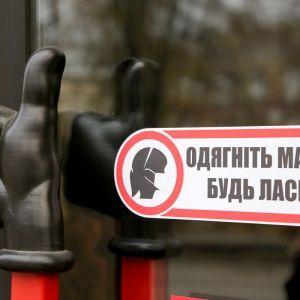 """Облава на """"антимасочників"""": у метро Харкова ловлять порушників карантину"""