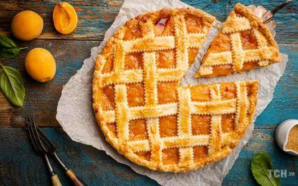 Заливний пиріг з абрикосами: швидкий рецепт