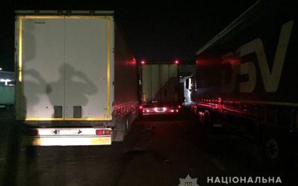 Намагався на ходу заскочити у фуру: далекобійника розчавило двома вантажівками на кордоні в Шегинях