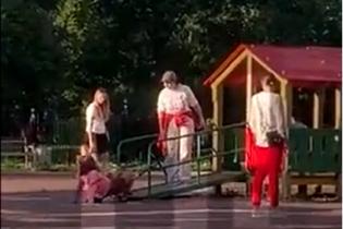 Хватала за волосы и швыряла на землю: в России на детской площадке женщина избила 11-летнюю девочку