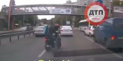 В Киеве скутерист спас котенка, который ползал на оживленной трассе (видео)