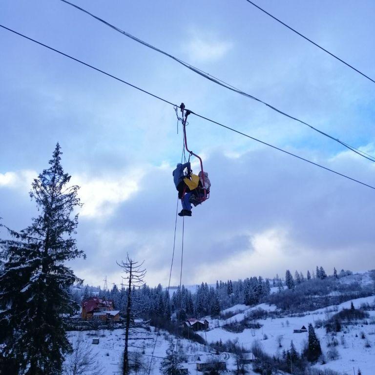 На гірськолижному курорті в Славському зупинився підіймач - рятувальники знімають близько 70 туристів