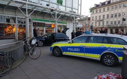 У Німеччині авто на швидкості влетіло в натовп, є травмовані