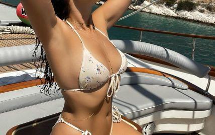 В бикини цвета айвори: Настя Каменских нежится на солнце на яхте