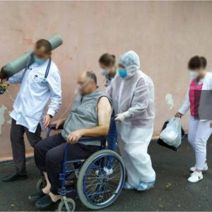 Врачи таскают кислородные баллоны и больных: в Сети показали, как лечат пациентов с COVID-19 в Хмельницкой области