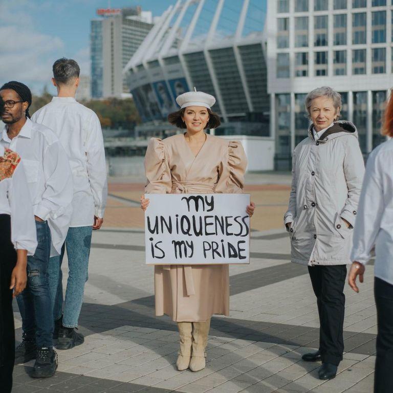 Маричка Падалко в белом берете приняла участие в акции против дискриминации