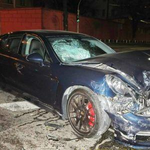 """В Киеве водитель Porsche снес """"скорую"""", которая ехала на вызов: видео"""