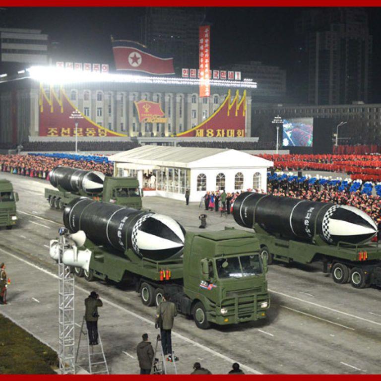 """КНДР продемонструвала на військовому параді """"наймогутнішузброюсвіту"""""""
