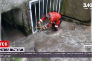 Новини України: через зливу в Маріуполі зупинилися трамваї