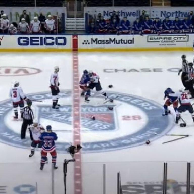 Жестокая месть: хоккеисты устроили эпическое побоище на первой секунде матча НХЛ (видео)