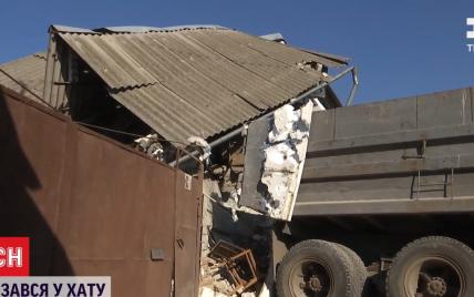 Господиня встигла вийти за кілька хвилин до аварії: у Дніпрі вантажівка розтрощила приватний будинок