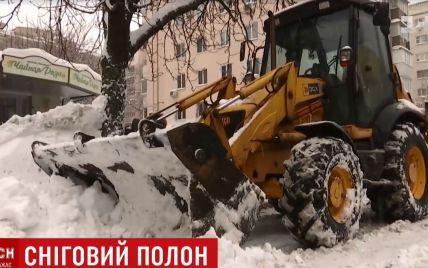 У Києві снігоприбиральна техніка поспішає на приватні замовлення, коли цілі райони стоять нерозчищеними