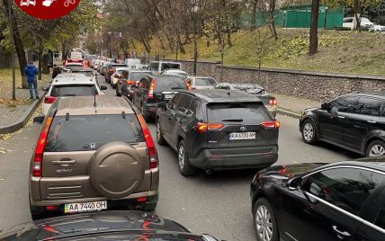 Київ перед святковими вихідними скували значні затори: на яких вулицях складно проїхати