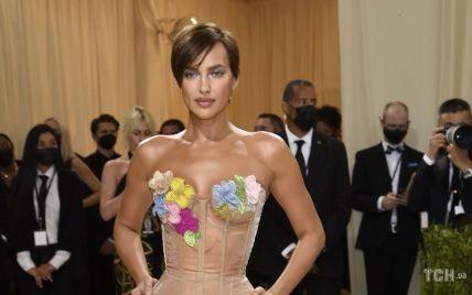 В прозрачном платье и со стрижкой пикси: Ирина Шейк в эффектном образе появилась на Балу Института костюма