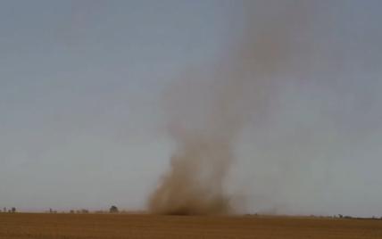 Столб пыли и грязи: в Запорожской области пронесся смерч