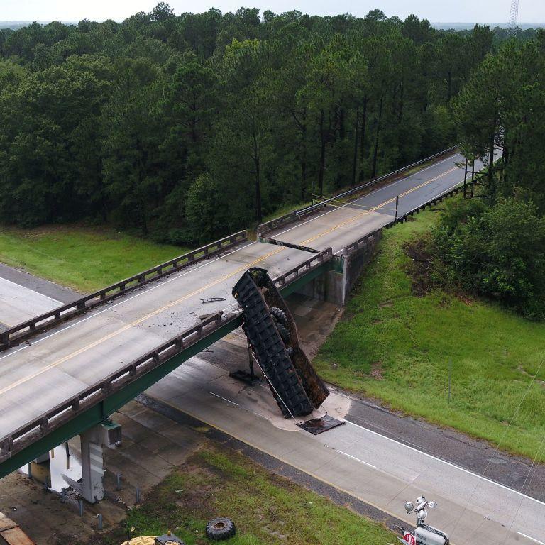 В США грузовик сдвинул эстакаду на два метра в уникальном ДТП