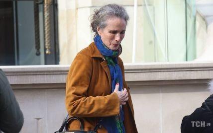 В стильных джинсах и с сумкой Birkin через плечо: стритстайл-образ 63-летней Энди Макдауэлл