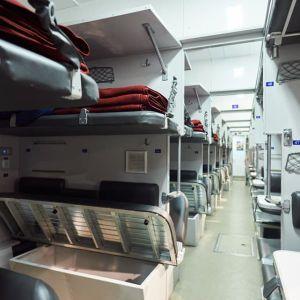 """Уснул, а потом начал задыхаться и синеть: в поезде """"Рахов-Киев"""" после падения с полки умер 27-летний пассажир"""